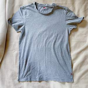 Basic grå tshirt från Levis, storlek L, normal passform.