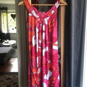 Jätte fin klänning. Skönt material att ha under varma dagar. 95% polyester 5 % elastan. Klänningen har  defekt i klänningen men inget som syns direkt om man inte tittar noggrant. Se sista bild tillex.