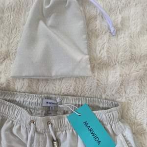Säljer dessa superfina shorts som är direkt från Marwida Swimwear, aldrig använda endast testade till bilderna så helt nya! (Bra kvalitet) har massa shorts i den här typen men i andra färger och mönster så gå gärna in och se vid intresse:) (alla är i storlek S) Unisex! Finns så många detaljer så be gärna om fler bilder!!