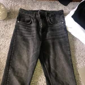 Superfina jeans från zara som är lite för små för mig. Jag är ~170 och det går ner till mina hälar💖 Dom är i en washed out black färg!