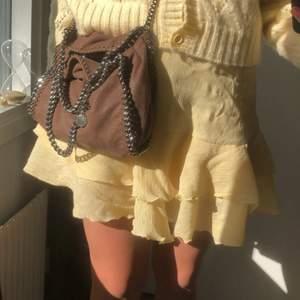 Kjol från nakd, aldrig kommit till användning, säljer pga av ongne användning, super härlig gul färg