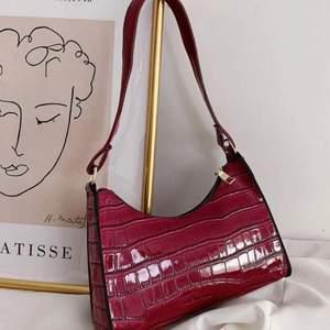 Knappt använd fin väska, säljer då den inte kommer till användning. Jag skulle säga att färgen är lite mer rosa än vad den ser ut att vara på bilderna :). Skriv privat för frågor💞