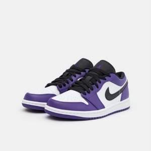 AIR JORDAN 1 LOW court purple! Str: 46! Använda en gång så väldigt fina! Kom med bud!