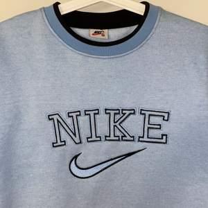 Babyblå Nike sweatshirt i mycket eftertraktad och sällsynt vintage-design. Inköpt på Payday vintage för 1000+kr (digitalt kvitto finns). Mycket svår att få tag i denna färg, storlek och skick därav priset. Skriv för mer bilder/frågor!
