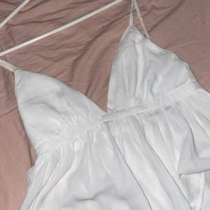 Gulligt v ringat linne / blus. Knappt använd. Från bikbok, storlek Xs men passar S