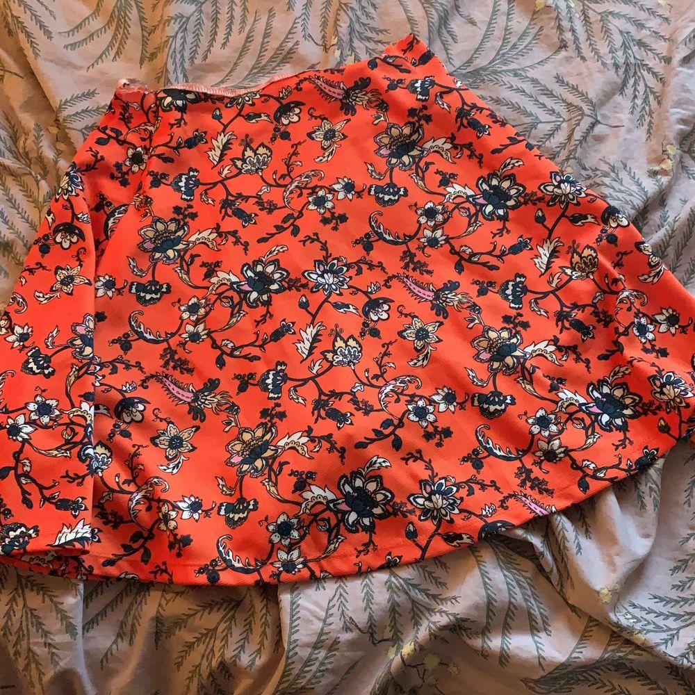 Nu säljer jag min fina kjol som jag älskar orange fin bra till sommaren är jätte skön man kan ha den när som helst och jätte skön att bara sova med och gosa med familjen så skön ❤️💞. Kjolar.