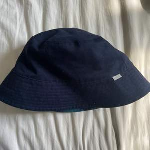 Superfin reversible bucket hat från Arket. Aldrig använd! 🥰