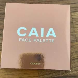 Säljer CAIA face palette i färgen Classy. Fick två stycken när jag fyllde år så säljer denna. Helt oanvänd!! Nypris 395kr, Mitt pris 250kr + frakt 66kr SPÅRBART 📦 🚚  kloten står för frakten