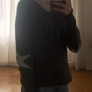 Säljer den här snygga och populära tröjan som jag köpt här på plick. Den är mörk grå med ljusgråa stjärnor på armbågarna. Storlek S men känns lite som en XS. Säljer eftersom jag inte använder den så mycket.💕frakten ingår inte! om fler är intresserade blir det budgivning.💞