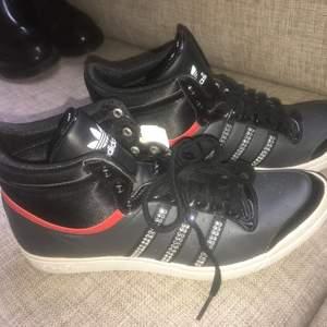 Helt nya Adidas skor, endast testade. Inköpta för 599kr.