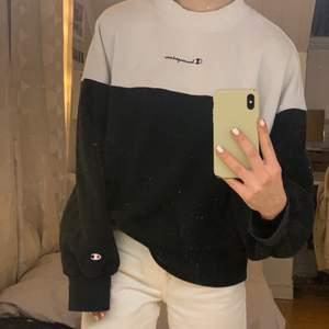 Vit och svart champion sweatshirt i storlek large, sitter alltså oversized på mig som är S💖