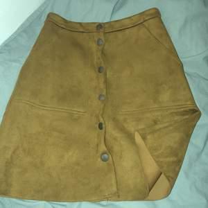 Oanvänd kjol köpt från Lindex , storlek XS som var för litet för mig. Kjolen är brun och jätte söt. KÖPAREN STÅR FÖR FRAKT