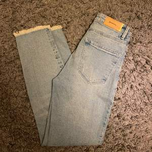 """Frakt ingår i pris! 💙 jättefina jeans """"mom slim jeans"""" från Stradivarius med hål i på ena knät, använda 1 gång"""