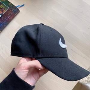 Svart keps från Nike, justerbar storlek. Kan mötas upp i centrala Göteborg, annars betalar köparen för frakt📬