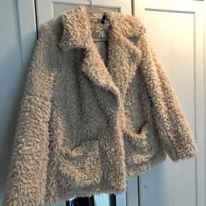 Fin oversized fluffig jacka. Stängs med en knapp. Två stora fickor på framsidan. Stor och mysig krage 🌟 välanvänd men i fint skick! Kan skicka mot att köparen står för frakten 🥳 katt finns i hemmet!