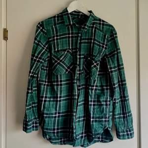 Enkel skjorta grön. Fortfarande i gott skick! (stryks innan den säljs)