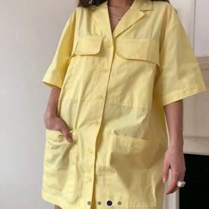 Säljer denna gula skjortklänningen, den är väldigt oversize på mig som är en XS vilket är riktigt snyggt!