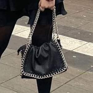 söker denna typ av handväska i rimligt pris 🤟🏼🤟🏼 hör av dig om du säljer eller vet någon som säljer !!
