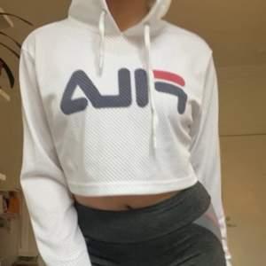 """Superfina croppad Fila hoodie med luftigt tyg liknande """"nät"""" med små hål för att tyget ska andas bättre, perfekt att gymma i eller träna! Snygg och sportig! Nästan aldrig använd så den är i mycket gott skick! 💞💞skriv vid fler frågor elr bilder!"""