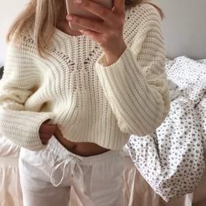 Säljer denna fina beiga stickade tröja som är mer åt det ljusgula hållet✨✨ Jättefin rygg, perfekt till sommaren!! Säljer den då den inte kommer till användning💓
