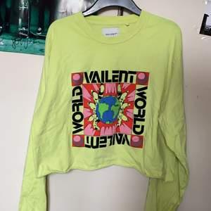 Neon gul långärmad tröja från vailent, använd fåtal gånger. Köparen står för frakt