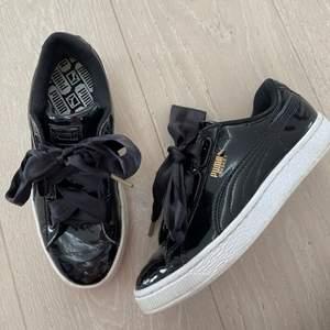 lack skor med siden snören i fint skick använda en del men väl vårdade så ser ut som nya😝✌🏿 inga repor eller slitningar vad jag kan se, skicka privat för fler bilder