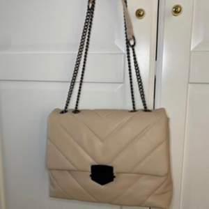 Säljer min väska som är i färgen beige, använt den 1 gång, den köptes för några månader sedan, exakt som ny inga skador ingenting. Köpte för 200kr