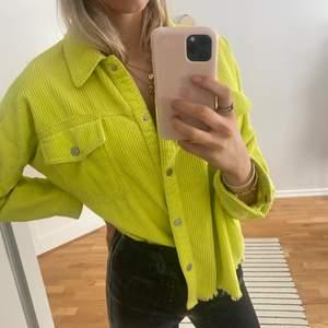 gul neon overshirt från zara som är såå cool och superfin till våren!!💛💛💛