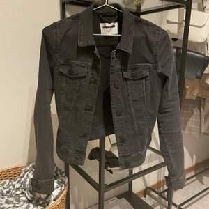 En svart/grå jeansjacka från vero Moda. Storlek xs men den har dock långa ärmar. Helt i nyskick och väldigt passande nu inför våren. Inköpt för ca 400kr. Köparen står för frakten. 100kr + frakt
