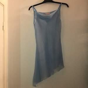 Meshklänning som är sneskuren längst ner. Köpt på secondhand men har aldrig använt den själv då jag inte får användning av den, kostade 300 från början
