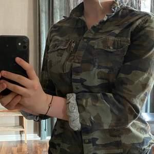 En militär skjorta som inte komemr till användning💕 den är super snygg men inte riktigt min stil så hoppas det kanske finns någon här som vill ha den🥰  frakt betala av köparen📦