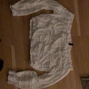 Jag säljer min vita off-shoulder top som är croppad då den inte kommer till användning längre. Den är i storlek 34/XS och kommer ifrån H&M! Bra skick bara lite skrynklig efter varit i garderob ett tag👍🏼Frakt står köparen för!