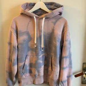 Superfin batikmönstrad hoodie från bershka i stl S. Köparen står för frakten💜