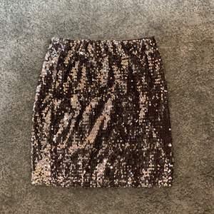 Glittrig tub kjol från Gina. Som ny i kvaliten, inga paljetter har lostnat eller likande. Hör av er vid frågor, frakt står köparen för ❤️🚚