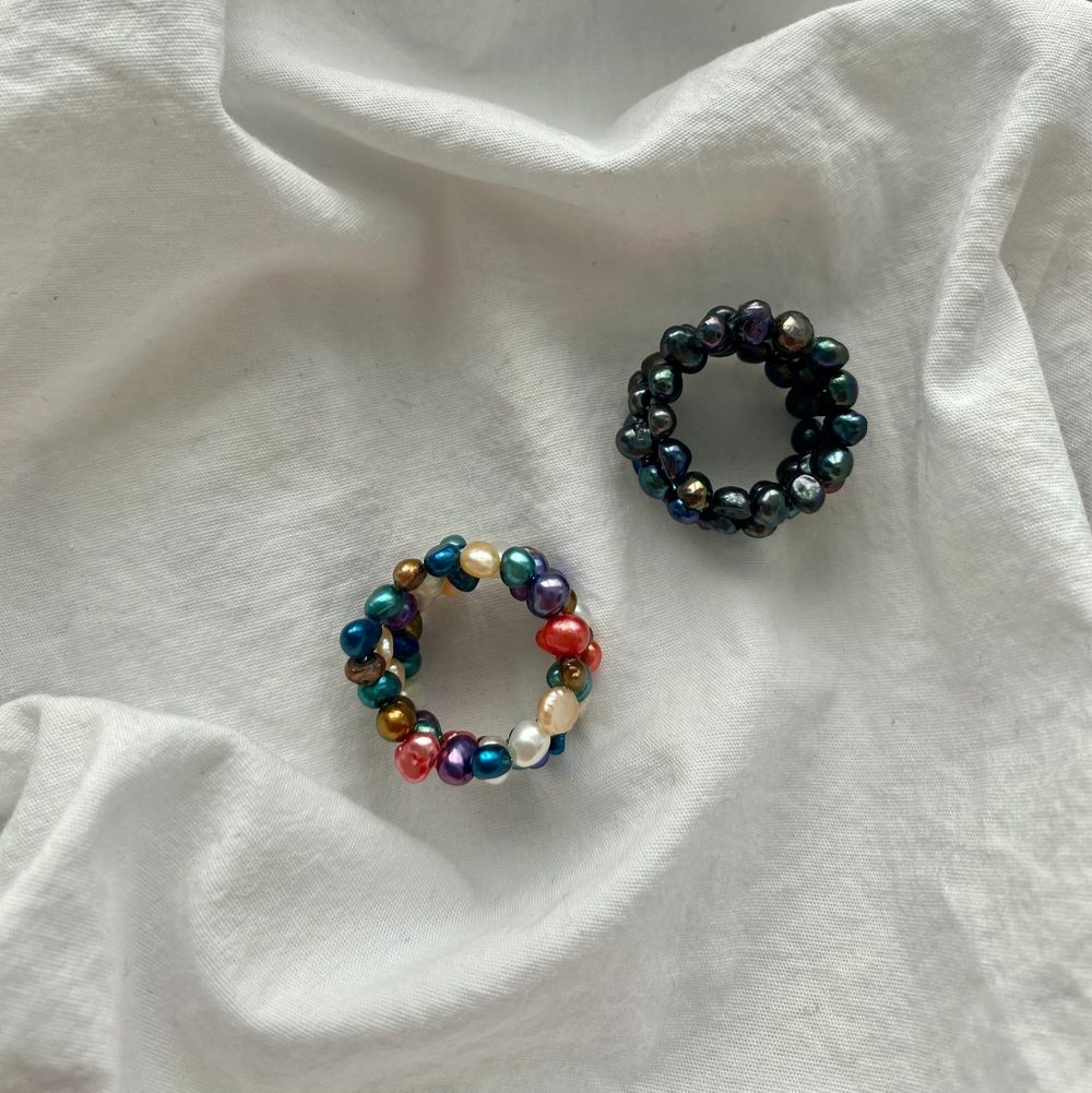 Två super fina ringar som är reglerbara💕 vilket innebär att de finns i olika storlekar! Men kan köpa båda eller bara en. En kostar 45kr och två kostar 80kr💕men kan även välja om man vill ha två av de färglagda ringarna eller två av de svarta ringarna💕. Accessoarer.