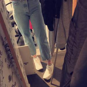 säljer nu mina svinsnygga levis jeans som inte kommer till användning. de är endast använda ett fåtal gånger och därmed i fint skick. snyggare passform får man leta efter! nypris 1350 och finns inte längre och köpa:)