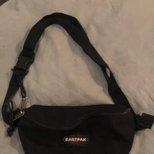 Det här är en svart bumbag från märket eastpack. Den har justerbart band.