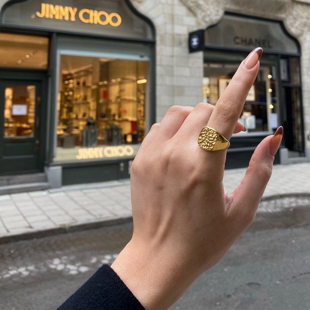 Säljer denna SJUKT snygga funky ringen. Den är i 18k guldplätering och i rostfri stål så superbra kvalite🥰. Accessoarer.