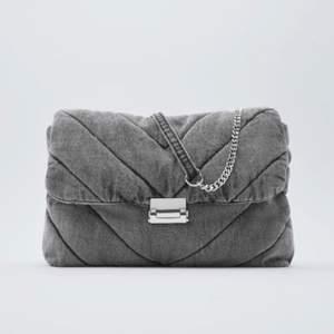 Jättesöt väska från zara i grått denim. Nypris 400kr men nu slutsåld! Kan mötas upp nära bromma eller fraktar. ☺️💕 Buda!!
