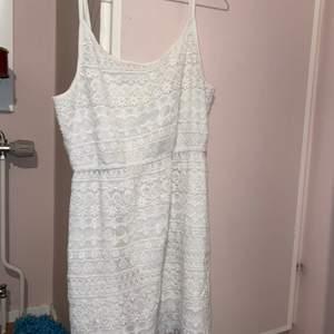 Säljer en vit spetsklänning i storlek 36. Fint skick.