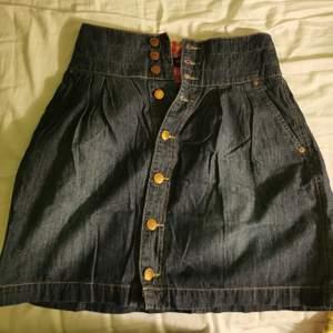Söt jeanskjol från 365 sunshine i y2k /00's stil. Storlek 34 men passar S också