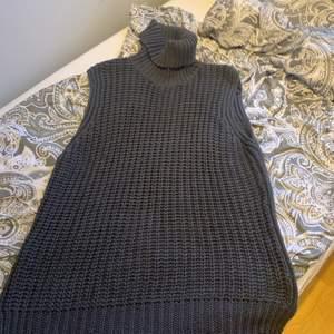 Säljer denna superfina & sköna polo klänning/tröja, skit snygg att styla både som klänning med tex en vit skjorta, ett skärp & overknee stövlar eller som en vanlig tröja med skjorta under. Säljer denna för 130kr + frakt💕💕