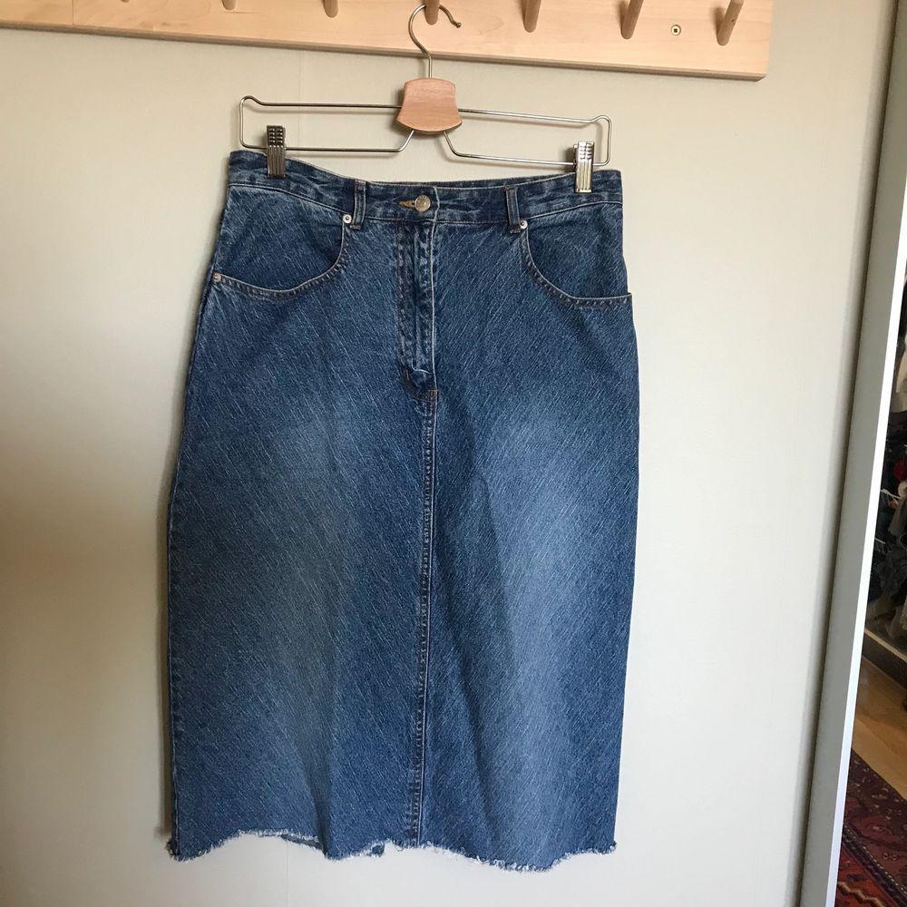 Snygg knälång jeanskjol i nyskick! Köparen står för frakten! . Kjolar.
