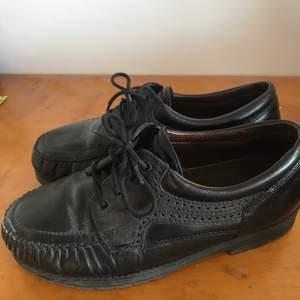 Så charmiga svarta läderskor med detaljer!! Äkta läder (second hand) från ett autentiskt märke från Finland, i ganska gott skick. Passar perfekt som vårskor! Frakt 66kr💕