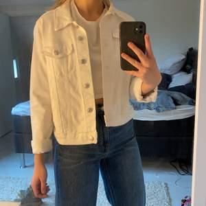 Säljer denna snygga vita jeansjacka ifrån MANGO i storlek M, men jag skulle mer säga att det är en XS/S iallafall så jag önskar att den ska sitta. As snygg och väldigt gott skick. Köparen står för frakt😊