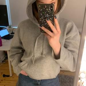 Säljer denna gråa hoodie från Zara. Det är använd normalt men kommer ej till användning längre. Storlek S men är ganska oversized så passa även större. Buda i kommentarerna!!🤎🤎 köpare står för frakt.