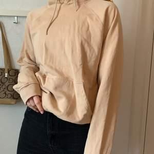 Mysig hoodie i en cool beigebrun färg. Diggar den svinmycket men används inte lika mycket😰