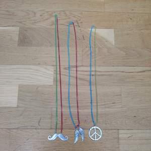 Dessa halsband har jag satt ihop, allt material kommer från Panduro, och kedjan går att ta bort och byta ut ifall man skulle vilja det. Skriv om du vill köpa alla tre eller bara en av dem. Mustasch halsbandet är den som använts mest, men alla är i bra skick. (Köparen står för frakten)