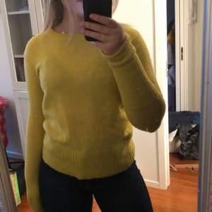 Fin stickad tröja från mbyM i storlek L men sitter tajt på mig som brukar ha M. Jätte långa armar som man kan vika upp och styla hur man vill. Nästintill oanvänd.