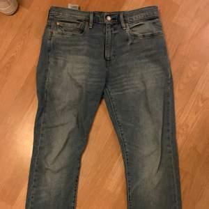 Säljer dessa fina Lewis jeans, 501 regular fit, använda ett fåtal gånger så väldigt bra skick (inga slitningar) nypris 999kr,  pris kan diskuteras!